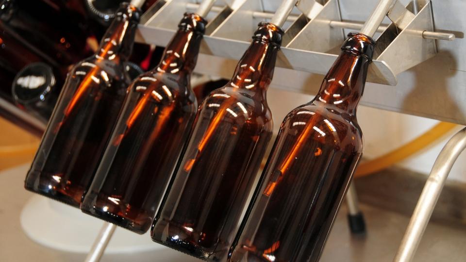 Máquina que introduce cerveza en botellas