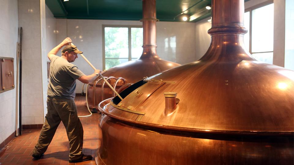 Maceración de cerveza en tanques