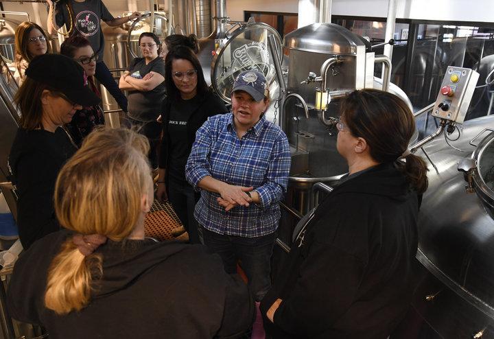 La cervecera de Blue Moon Brewing Co., Emilie Stewart, en el centro, habla con las cerveceras durante un evento de la Pink Boots Society en Blue Moon en marzo de 2018.